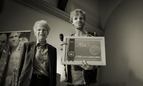 Tim Hofman (from BNN Spuiten en Slikken) receives the Award from Frederik Polak