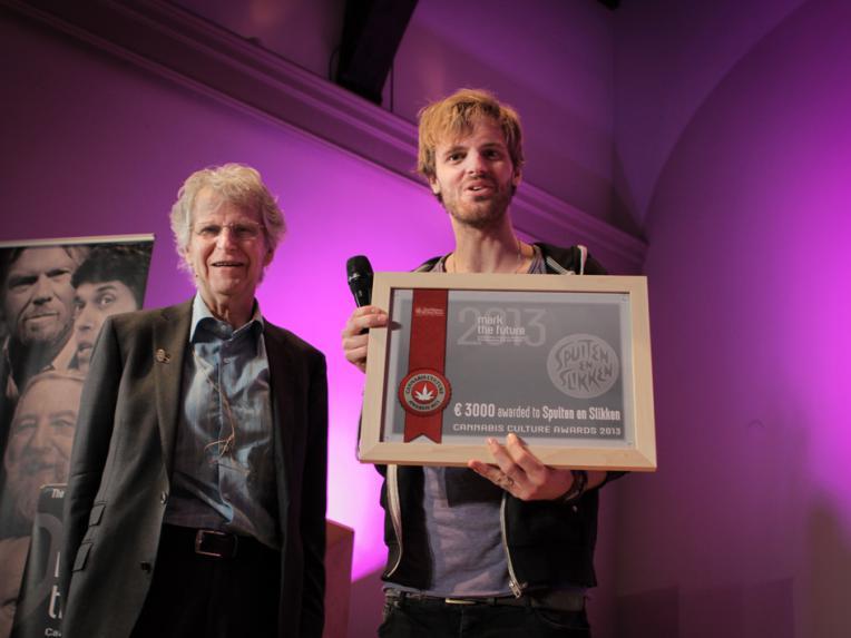 Tim Hofman (from BNN Spuiten en Slikken) receives the Award from Frederik Polak