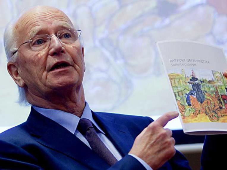 Thorvald Stoltenberg presenting the Rapport om narkotika