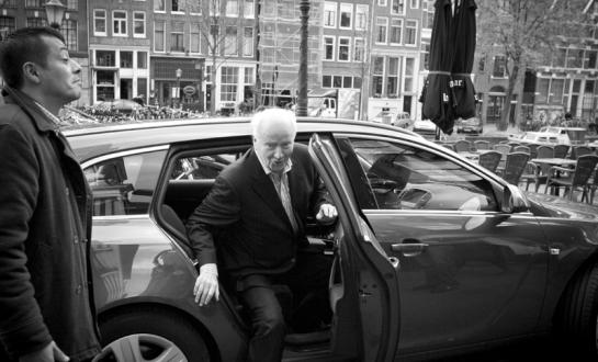 Thorvald Stoltenberg arriving at the ceremony in Amsterdam