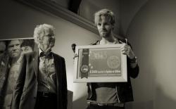 Tim Hofman (BNN Spuiten en Slikken) ontving de Award van Frederik Polak