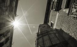 De  facade van het Palau Mornau onder een zuidelijke zon