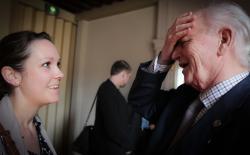 Thorvald Stoltenberg beantwoord vragen van de pers na afloop van de ceremonie